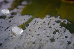 在溢出的橙汁的冰 库存照片