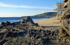 在溪街道海滩,拉古纳海滩,加利福尼亚的海岸线 免版税图库摄影