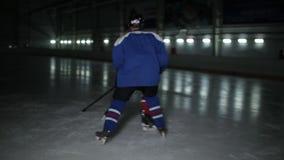 在滑冰场的双人使用的曲棍球 曲棍球战斗为顽童的两个曲棍球运动员 影视素材
