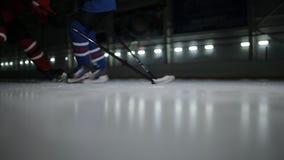 在滑冰场的双人使用的曲棍球 曲棍球战斗为顽童的两个曲棍球运动员 股票录像
