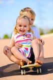 在滑板的孩子 免版税库存图片