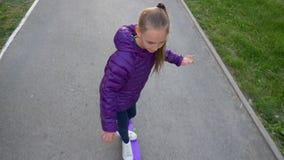 在滑板的年轻溜冰者女孩骑马在城市慢动作,看法从上面 女孩少年喜欢踩滑板  影视素材