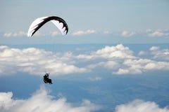 在滑翔伞瑞士的阿尔卑斯 库存照片