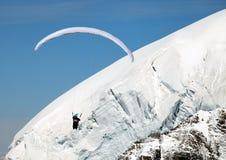 在滑翔伞瑞士的阿尔卑斯 免版税图库摄影