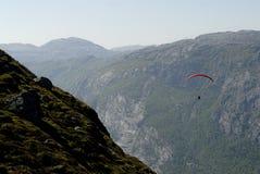 在滑翔伞的山 免版税库存图片