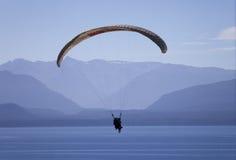 在滑翔伞的湖 免版税库存照片