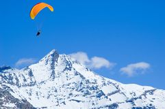 在滑翔机之上峰顶下了雪 库存照片
