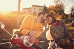 在滑行车的浪漫夫妇骑马和享用在旅途上 免版税图库摄影