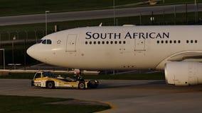 在滑行道的南非航空公司飞机,特写镜头视图