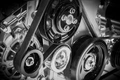 在滑轮和传送带的看法在发动机 免版税库存图片