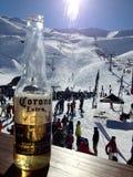 在滑雪以后的美味的冰镇啤酒 免版税图库摄影