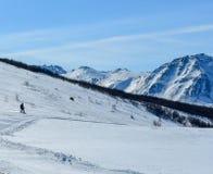 在滑雪倾斜下的雪板运动 库存照片