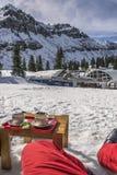 在滑雪倾斜的咖啡休息 库存照片