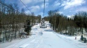 在滑雪倾斜的驾空滑车 免版税库存照片