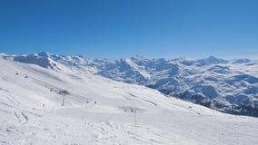 在滑雪倾斜附近的运动在滑雪胜地的山在晴天 影视素材