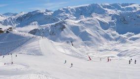 在滑雪倾斜附近的运动在许多滑雪者的滑雪胜地的山 股票视频