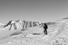 在滑雪倾斜顶部的滑雪者在好冬天早晨 免版税图库摄影