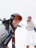 在滑雪假期的新夫妇 库存图片