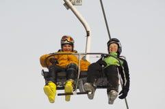在滑雪吊车的二个体育运动孩子 免版税库存照片