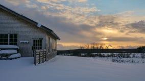 在滑雪小屋的日落 库存照片