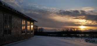 在滑雪小屋的日落 免版税图库摄影