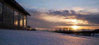 在滑雪小屋的日落 免版税库存照片
