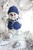 在滑雪的玩具雪人在雪 免版税库存图片