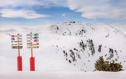 在滑雪胜地的信息标志 图库摄影