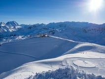 在滑雪胜地的倾斜在Meribel 法国, 2018年 没有云彩和白色雪的蓝天 库存图片
