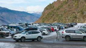 在滑雪胜地的室外停车处 免版税库存照片