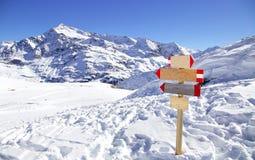 在滑雪胜地的方向标在意大利阿尔卑斯 库存照片