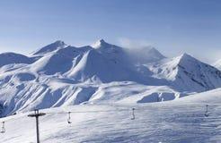 在滑雪胜地的视图在夜间 库存照片
