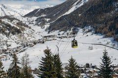 在滑雪胜地的长平底船推力在与拷贝空间- La Thuile,瓦尔d `奥斯塔,意大利的冬天 库存照片