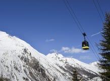 在滑雪胜地的长平底船推力在与拷贝空间- La Thuile,瓦尔d `奥斯塔,意大利的冬天 免版税库存图片
