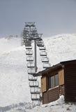 在滑雪胜地的驾空滑车 免版税库存照片
