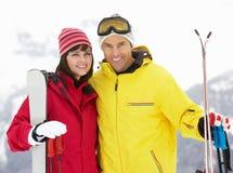 在滑雪节假日的中世纪夫妇在山 免版税库存图片