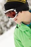 在滑雪节假日的十几岁的男孩佩带的滑雪风镜 免版税库存照片