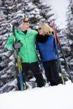 在滑雪节假日的新夫妇在山 免版税库存照片