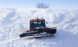 在滑雪轨道的拖拉机在冬天 库存照片