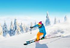 在滑雪道的年轻人滑雪 免版税库存照片