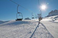 在滑雪雪的升降椅 免版税库存图片