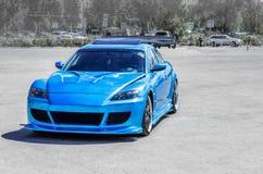 在滚道的蓝色跑车 特写镜头捕获 免版税库存图片
