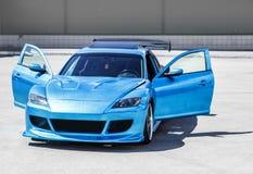 在滚道的蓝色跑车 特写镜头捕获 免版税库存照片