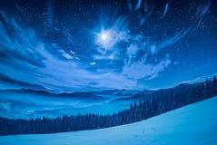 在满天星斗的天空的满月 免版税库存照片