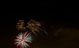 在满天星斗的天空的闪耀的红色绿色黄色庆祝烟花 美国独立日,第4 7月,新年 图库摄影