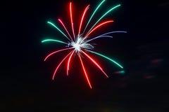 在满天星斗的天空的闪耀的红色绿色黄色庆祝烟花 美国独立日,第4 7月,新年 库存照片