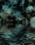 在满天星斗的水的晚上 免版税图库摄影