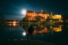 在满月的西格马林根城堡 库存照片