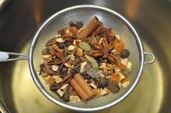 在滤锅的仔细考虑的香料 免版税库存图片