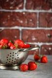在滤锅的成熟草莓 库存图片